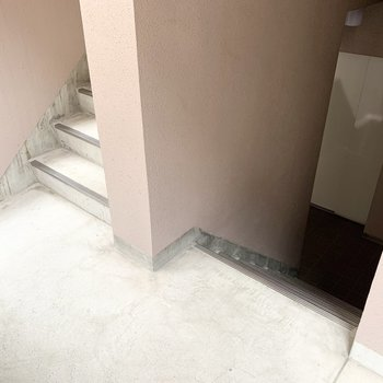 エレベーターは少し階段を下りた位置にあります。