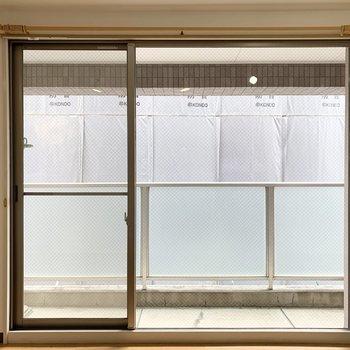 大きな掃き出し窓の外にはベランダも。開閉可能なのは左の一部のみです。
