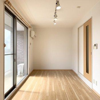 洋室は10.4帖とゆったりサイズ。細長い長方形なので家具の配置もしやすそう◎