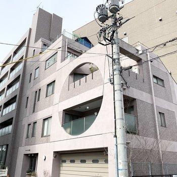 丸が印象的な6階建の鉄筋コンクリートマンション。