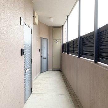 共用廊下には目隠しのパーテーション。