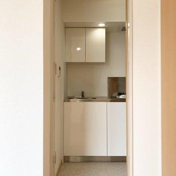 クローゼットのお隣のドアの奥はキッチンでした。