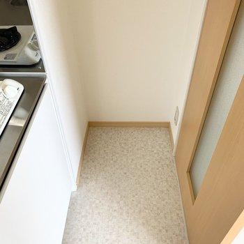 奥にはちょっとしたスペース。冷蔵庫はきちんと採寸して選びましょう◎