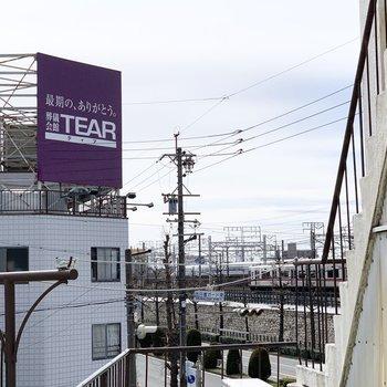 近くに電車と新幹線の走る線路があります。(※3階のお部屋からアップで撮影したものです)
