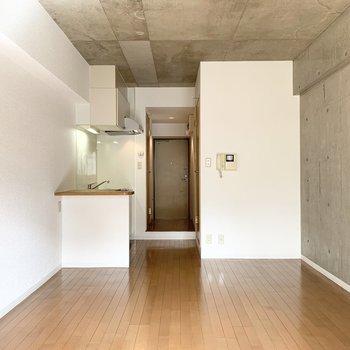 コンクリート打放しの壁と天井がかっこいいお部屋です。