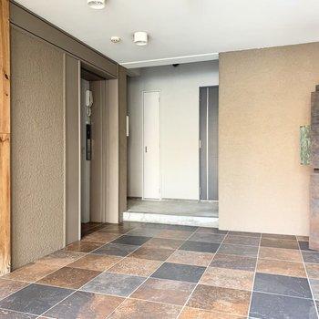 オートロック付のエントランスは床のタイルとポスト後ろの木の壁が素敵◎