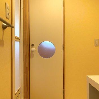 おトイレのドアもかわいいです。