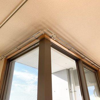 L型の掃き出し窓には、それぞれの面でカーテンレールがついています。