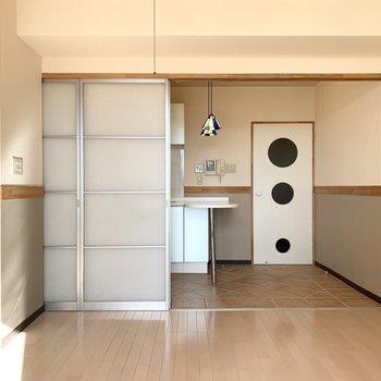洋室とキッチンの仕切りはスモークの引戸。
