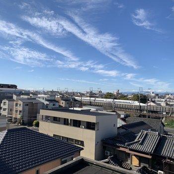 お部屋から新幹線が走るのが見えます。