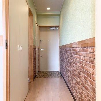 廊下はレンガ調の腰壁とミントグリーンのクロスが素敵◎