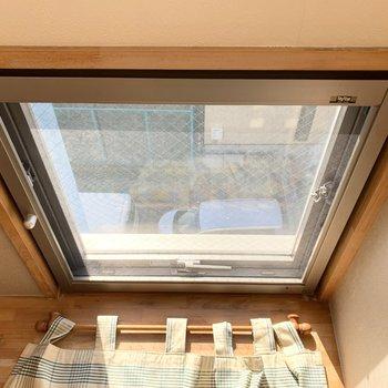 小窓のカーテンレールは取り外し可能なので、お洗濯も心配なし◎