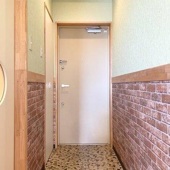 さて、室内の最後は玄関を。玄関もタイル調のタタキでかわいい空間◎