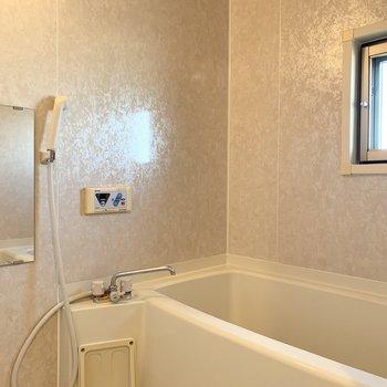 浴室は一転落ち着いたカラーリング。小窓付も嬉しいポイントですね。