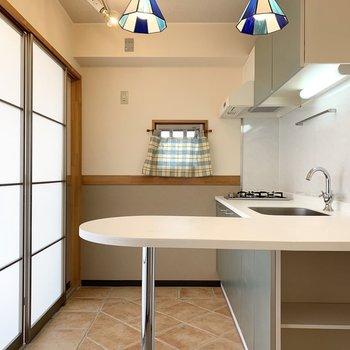 キッチンはサイドにカウンター付き。