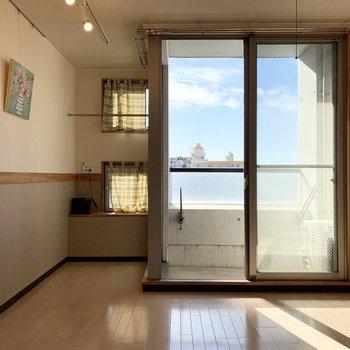 窓からたっぷり陽の入る、最上階の角部屋のお部屋。