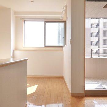 玄関を抜けて正面にはコーナー窓のある明るいキッチンスペース。