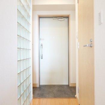 なるほど、玄関との間に嵌っているのですね。シックな色味の土間が良い雰囲気。