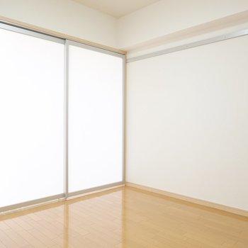 リビングと洋室を仕切るのは半透明の引き戸。閉めてもお部屋を明るく保てます。