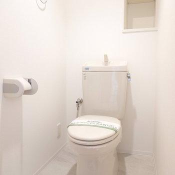 おトイレもシンプルですが真っ白で綺麗な空間。棚付きなので余分な収納も必要ありません。