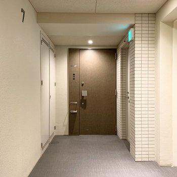 玄関ドアも木調で内装と合わせたデザイン。