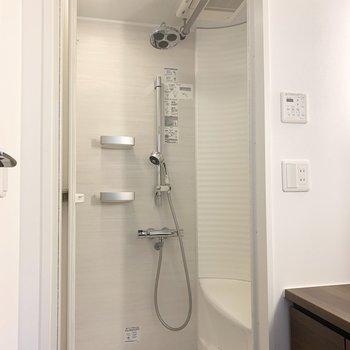 奥はシャワールーム。ヘッドシャワーも浴室乾燥機も付いています。