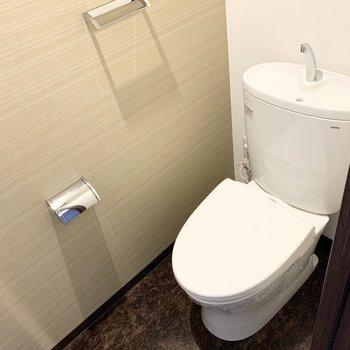 おトイレは玄関脇に。