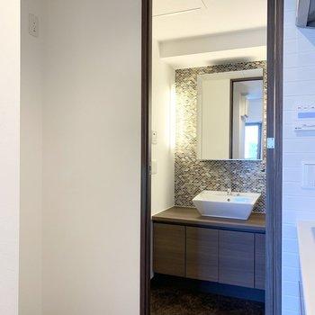 奥には冷蔵庫置場と水廻り。やっぱり洗面台が素敵です!