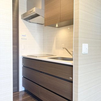 木調とタイルが素敵なキッチンです。