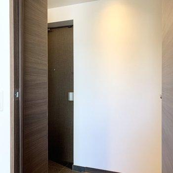 お部屋から見て左が玄関、右がおトイレです。