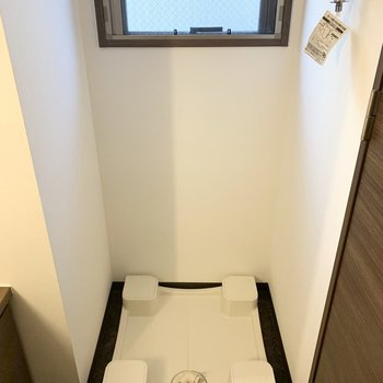 入って右手に洗濯機置場。窓もあります。