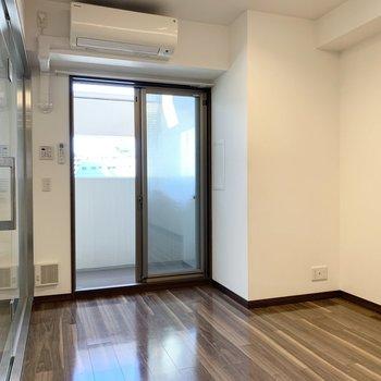 キッチンの南側の空間。左側のガラス部分バスルームです。