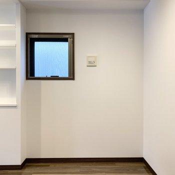 小窓付の空間です。
