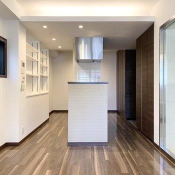 キッチンが空間を分ける設計です。