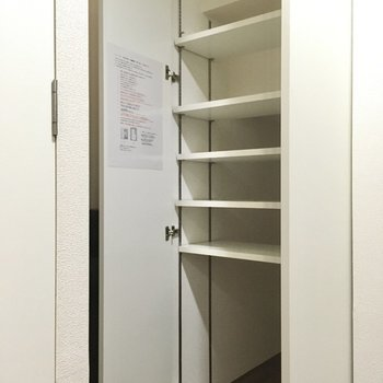 シューズボックスは可動式なので高さを変えられます。(※写真は1階の反転間取り別部屋のものです)