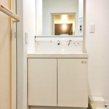 入ってすぐ左に大きな洗面台。ワンタッチ操作が楽ちん。(※写真は1階の反転間取り別部屋のものです)