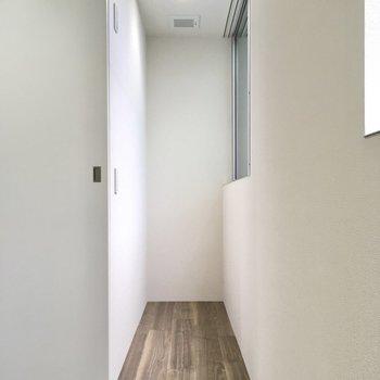 扉の奥はサンルーム。(※写真は1階の反転間取り別部屋のものです)