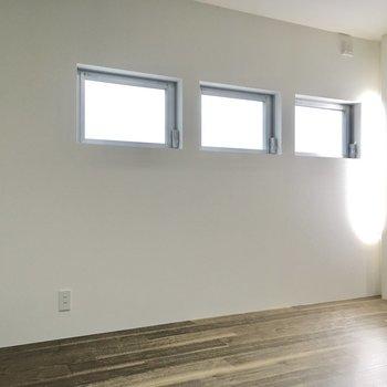 窓は小さな物が3つ分。優しい光が入ります。(※写真は1階の反転間取り別部屋のものです)