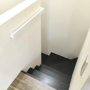 階段降りて1階へ。(※写真は1階の反転間取り別部屋のものです)