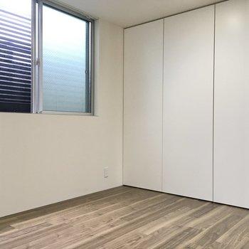 洋室は5.6帖。こちらは寝室に良さそうだ。扉の奥は収納になっていました。(※写真は1階の反転間取り別部屋のものです)