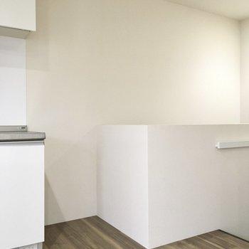 冷蔵庫はここかな。大きなサイズも入りそう。(※写真は1階の反転間取り別部屋のものです)