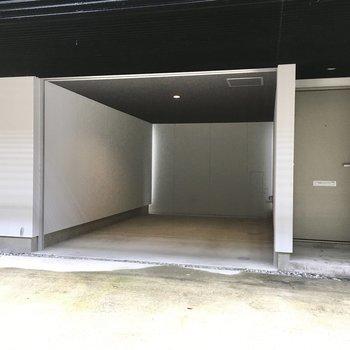 とっても広いガレージ!(※写真は1階の反転間取り別部屋のものです)