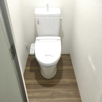 トイレはウォシュレット付き。(※写真は1階の反転間取り別部屋のものです)