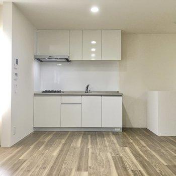 キッチンは階段上がったすぐの場所に。(※写真は1階の反転間取り別部屋のものです)