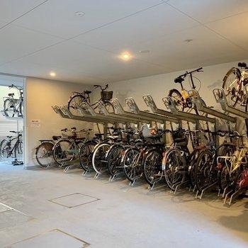 屋根付きで自転車も汚れにくいです