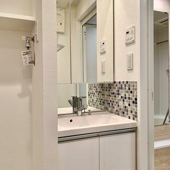 洗面台の鏡後ろにも収納がついているんです