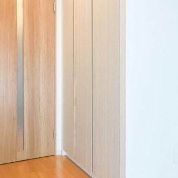 クローゼットはドア横です