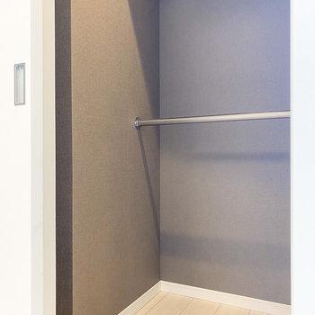 【洋室2.6帖】なんとウォークインクローゼットが!たっぷり入ります。※写真は5階の同間取り別部屋のものです