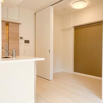 2つのお部屋、合わせて約9.1帖あります。※写真は5階の同間取り別部屋のものです
