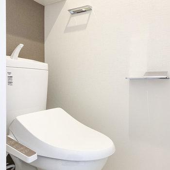 こちらはトイレ!温水洗浄付きで、上部には収納も。※写真は5階の同間取り別部屋のものです